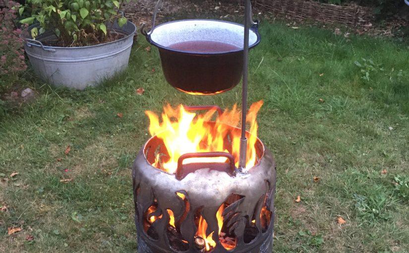 Feuertonne mit Pfanne oder Glühweinpot