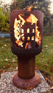 Feuertonne Burg in Flammen hoch