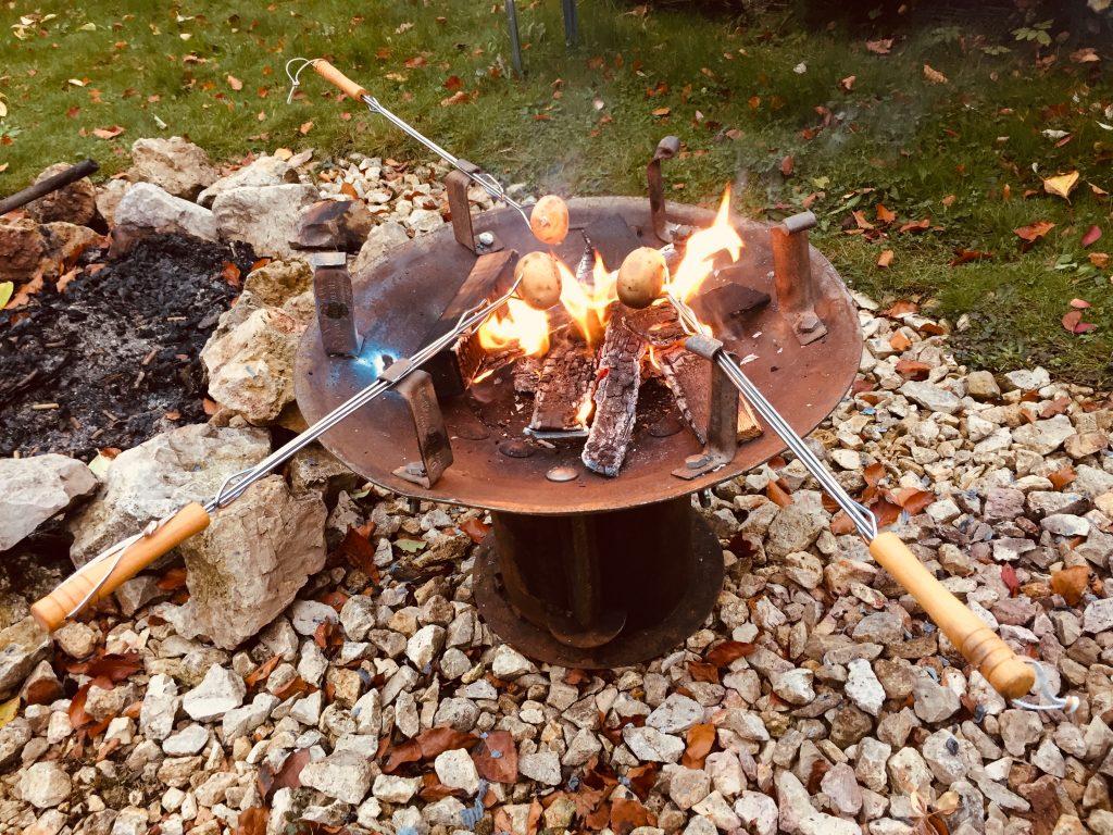 Feuerkorb mit Grillspießen
